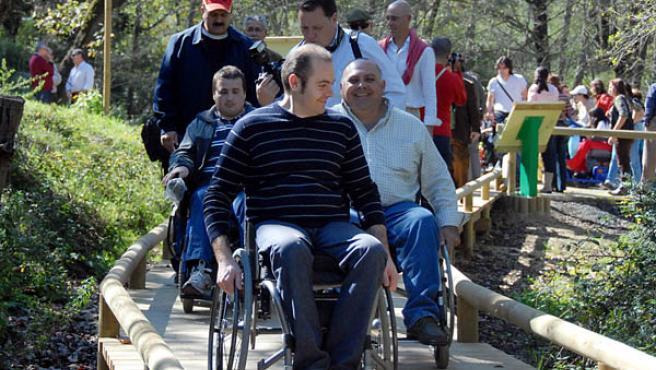 Los usuarios inauguran el camino del Parque Natural de Los Alcornocales.