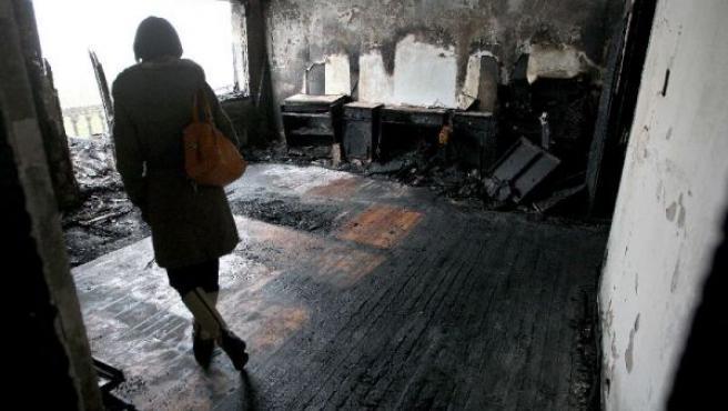 Las llamas afectaron a una de las habitaciones de este centro, donde se registraron los mayores daños. (JUAN HERRERO/EFE)