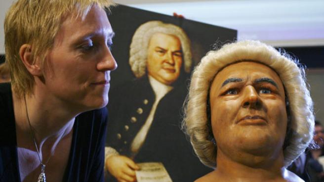 Wilkinson y su busto. (Johannes Eisele / REUTERS)