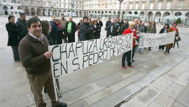 Los vecinos de Visma se manifestaron ayer ante el Ayuntamiento.