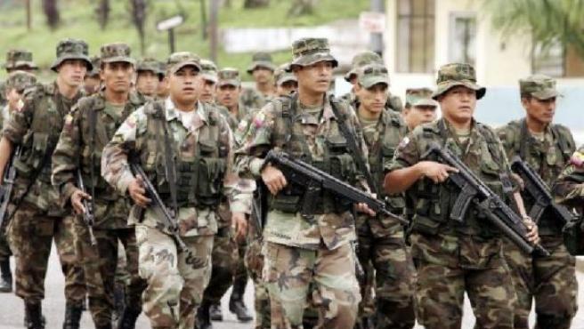 Militares ecuatorianos se movilizan hacia la frontera norte con Colombia. (JOSÉ JÁCOME / EFE).