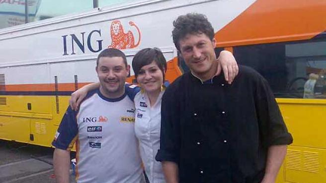 Fabrizio, a la derecha, acompañado por sus ayudantes en la cocina, Giorgio y Alessandra.