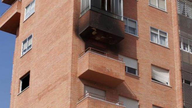 Vista de la fachada de la vivienda que T.M.E, supuestamente incendió cuando su mujer se encontraba dentro. (PACO SANTAMARIA/EFE)