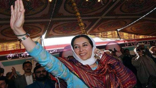 Bhutto fue asesinada el 27 de diciembre de 2007, después de una manifestación del PPP en la ciudad pakistaní de Rawalpindi, dos semanas antes de la fecha de elecciones donde lideraba la candidatura de la oposición. Su hijo Bilawal Bhutto le sucedió como líder del PPP.