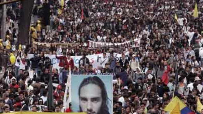 Miles de colombianos salieron a las principales calles del país. (REUTERS)