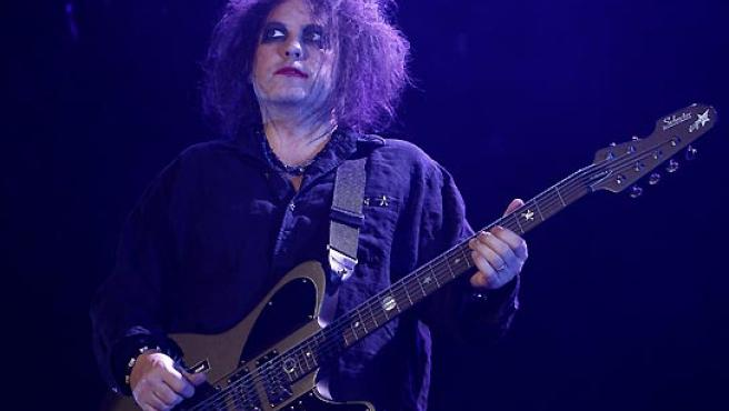 El guitarrista, vocalista y compositor del grupo británico The Cure, Robert Smith, durante la actuación en Madrid. (Alberto Martín / EFE).