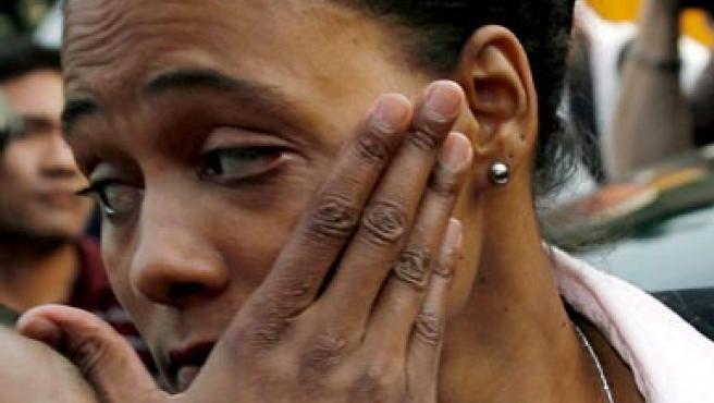 Marion Jones llora tras manifestar su retirada y hacer público su caso de dopaje. (EFE)