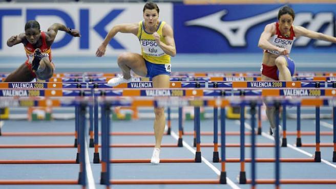 La sueca Susanna Kallur (c) venció en su serie de los 60m vallas femeninos, por delante de la española Glory Alozie (i), y la turca Esen Kizildag (d). (EFE)