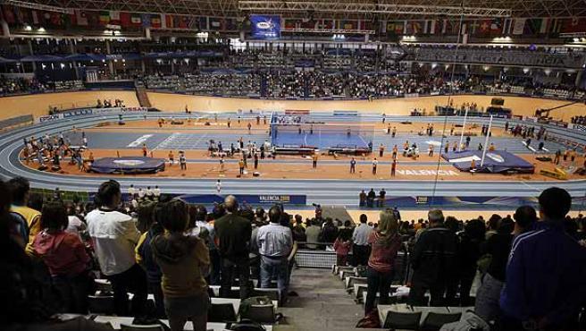 El público guarda un minuto de silencio por el asesinato ayer del ex concejal de Mondragón, Isaías Carrasco, durante la segunda jornada del XII Campeonato del Mundo de Atletismo en Pista Cubierta. (Efe)