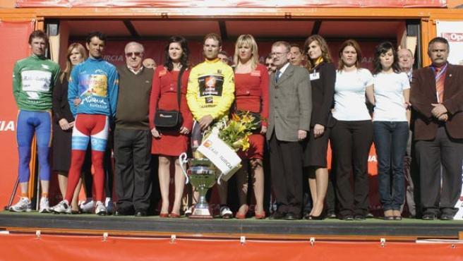 Alejandro Valverde guarda junto a otros corredores y algunos directivos de la Vuelta a Murcia un minuto de silencio por el atentado de ETA. (EFE)