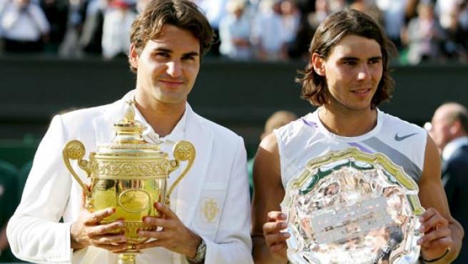 Roger Federer y Rafa Nadal posan tras la final de Wimbledon.