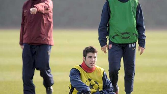 Cesc Fábregas (c), durante el entrenamiento junto a Matthieu Flamini (dcha). Archivo. (Efe)