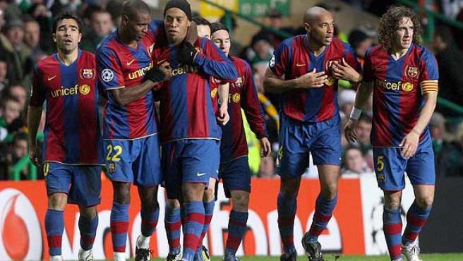 El Barcelona, unido, celebra uno de los goles de Henry. (AP)