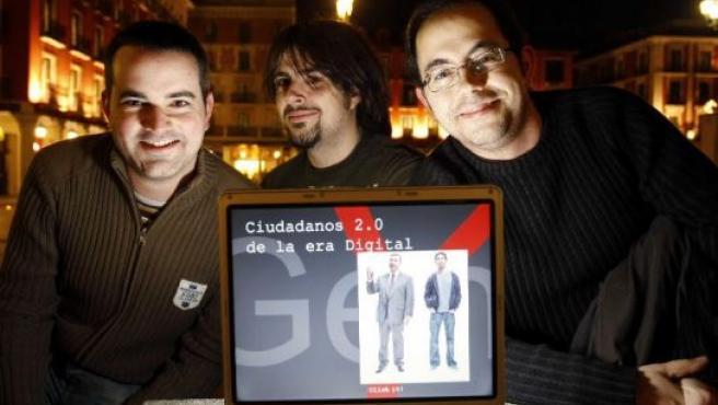 Los bloggers Miguel, José Luis y Daniel, 'ciudadanos 2.0', en la Plaza Mayor de Valladolid.