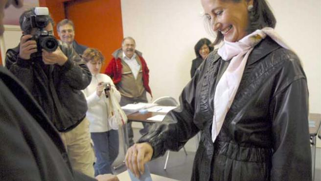 La ex candidata socialista a la Presidencia, Segolene Royal, deposita su papeleta en Melle (EFE)