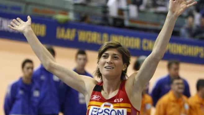Mayte Martínez saluda al público tras la final de los 800 metros (REUTERS).