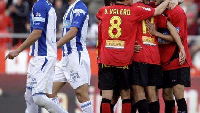 Los jugadores del RCD Mallorca celebran su primel gol conseguido ante el Recreativo de Huelva. (EFE)