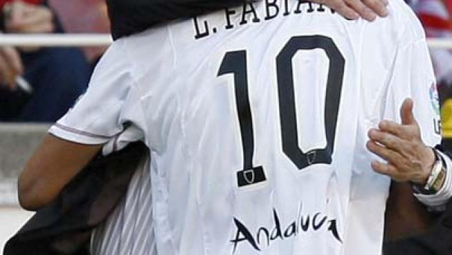 Manolo Jiménez se abraza a Luis Fabiano tras el segundo gol del Sevilla (EFE).