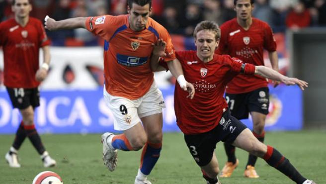 El delantero del Almería Álvaro Negredo (i) disputa un balón con el defensa de Osasuna Nacho Monreal. (EFE)