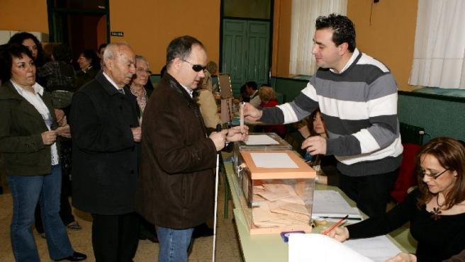 Los ciudadanos ejercen su derecho al voto. Entre ellos, un ciego.