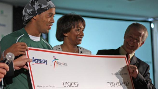 Ronaldinho en un acto benéfico (ARCHIVO / EFE)