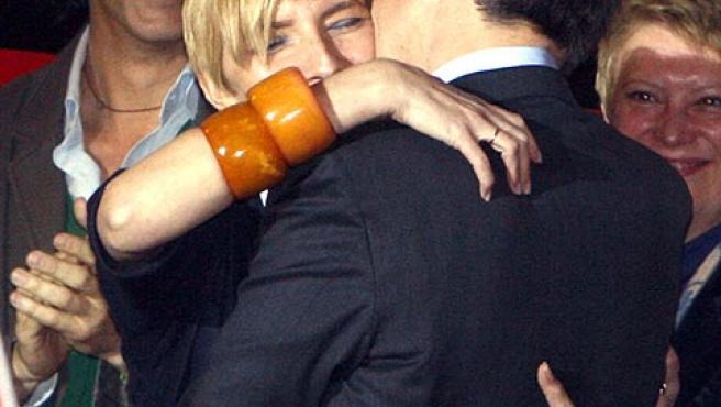 José Luis Rodríguez Zapatero abraza a su esposa, Sonsoles Espinosa, para celebrar la victoria.