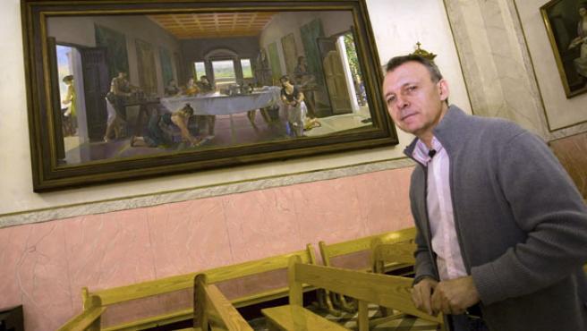 Un pintor ante su obra. (Rubén Francés/EFE)