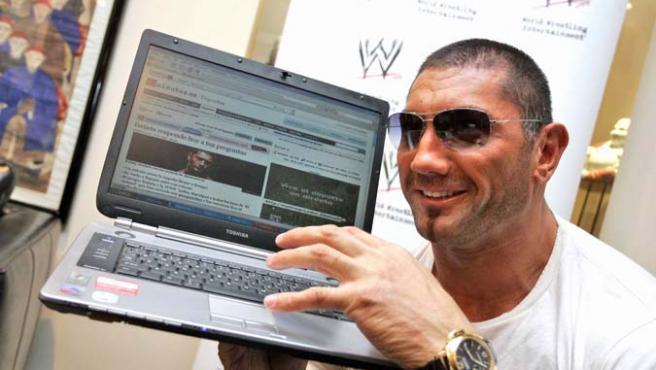 Batista consulta la noticia de su encuentro en 20minutos.es (JORGE PARIS)