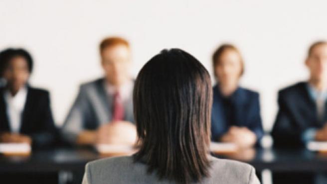Una chica sometiéndose a una entrevista de trabajo.