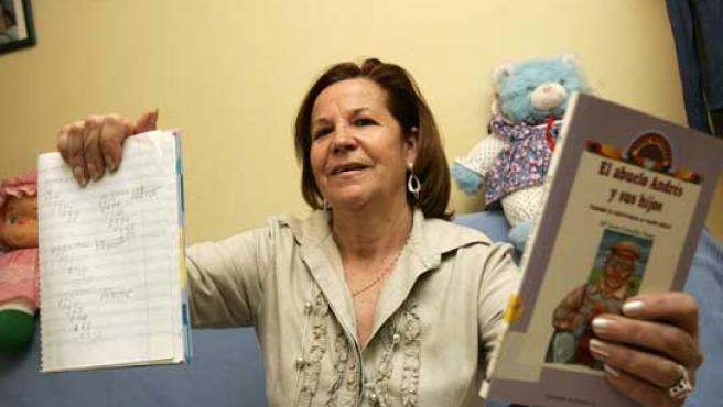 Rufina Padilla estudia en un centro de enseñanza para adultos, y hasta hace tres años era analfabeta (FOTO: J. PARÍS)