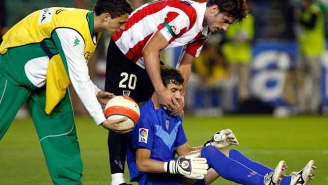 El portero del Athletic, Armando, sentado en el césped tras recibir el botellazo. (EFE)