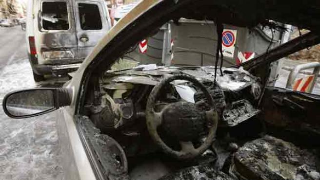Un coche quemado en Valencia, en una imagen de archivo. (Foto: EFE)