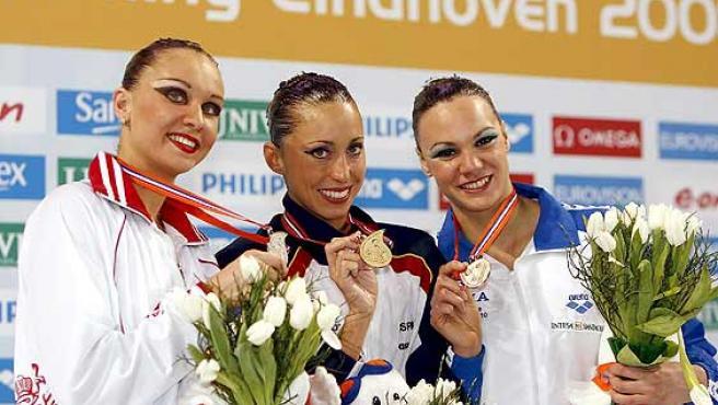 De izq. a dcha. la nadadura rusa Natalia Ischenko, la española Gemma Mengual y la italiana Beatrice Adelizzi. (Efe)