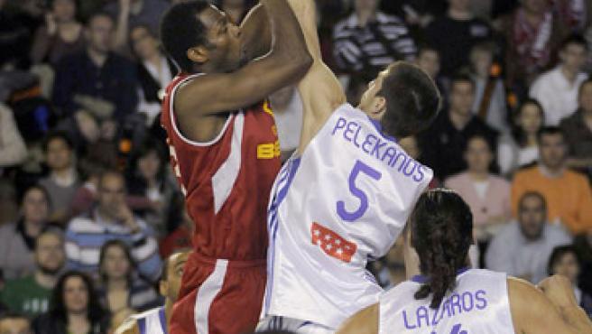 Imagen de un lance del encuentro entre el G.B. León y el Real Madrid. (EFE)