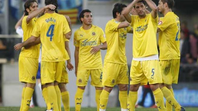Los jugadores del Villarreal saludan a la afición tras vencer al Zaragoza (REUTERS).