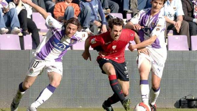 Juanfran, del Osasuna, se escapa de dos jugadores del Valladolid (EFE).
