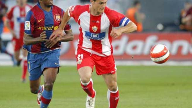 Eto'o y Carlos García pugnan por un balón (EFE).