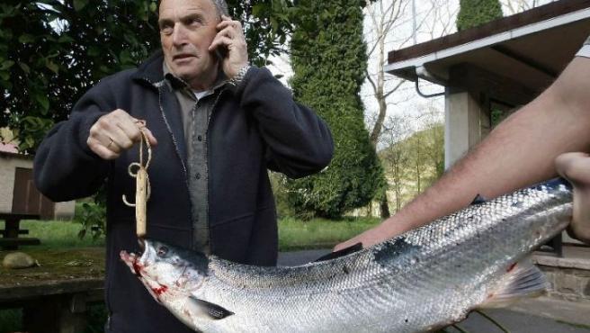 El primer salmón de Asturias de este año.