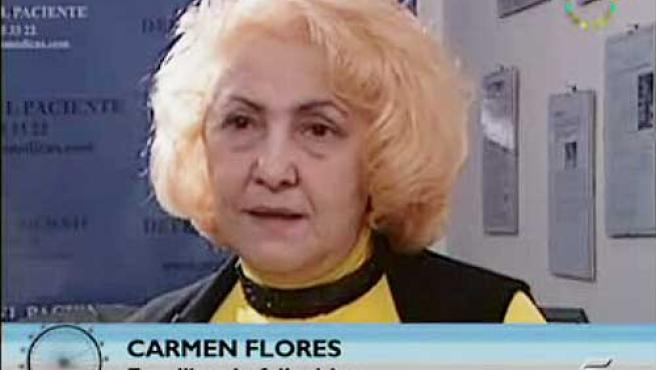 """Carmen Flores, con el rótulo de """"Familiar de fallecido"""" en 'La noria'."""