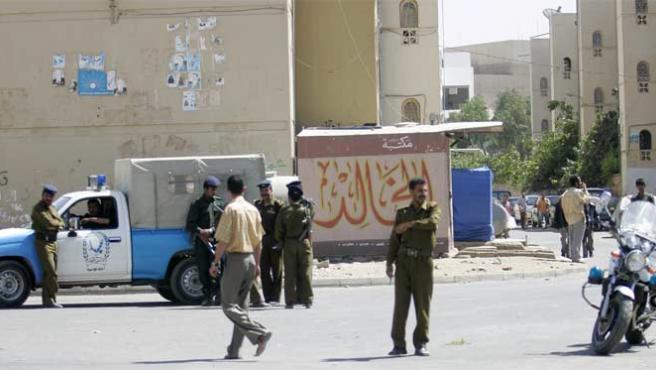Un grupo de agentes bloquea el acceso a la embajada de EEUU en la capital yemení (Foto: Reuters).