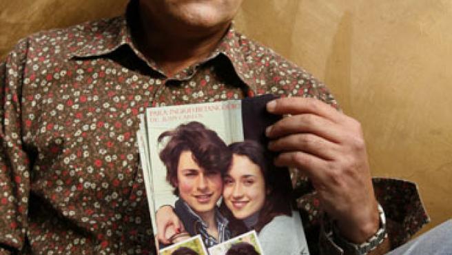 El marido de Betancourt sostiene en la mano las fotos de sus hijos.(Guillermo Legaria / EFE)