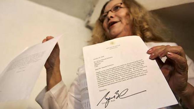 Laura Pollán, esposa de Héctor Maseda, muestra las cartas de apoyo de Bush y Zapatero. (Enrique De La Osa / Reuters).
