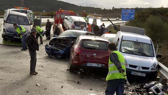 Algunos de los turismos implicados en el accidente múltiple ocurrido este martes en la autovía A-52 a su paso por Riós, Ourense. (Rosa Veiga / EFE).