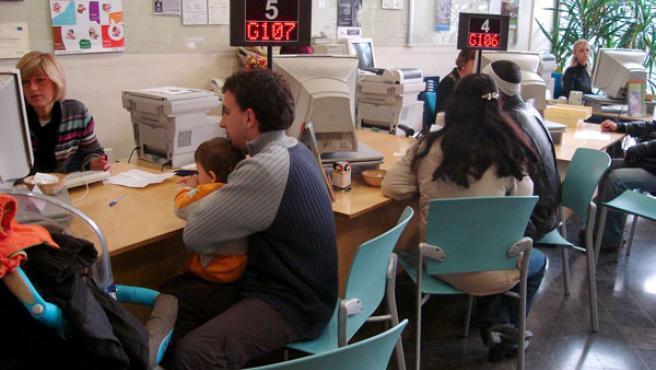 Usuarios en la oficina de atención ciudadana
