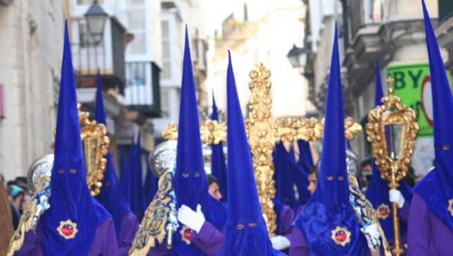 Los penitentes son un elemento clásico de los cortejos procesionales, pero empiezan a entrar en declive. M. V.