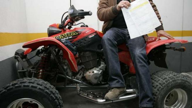 L. J. sentado en su vehículo y con el parte de lesiones en la mano (FOTO: J. PARÍS)