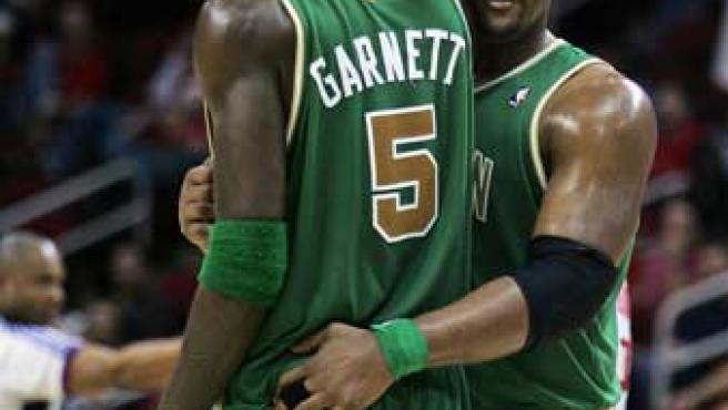 Glen Davis felicita a Kevisn Garnett al final del partido contra Houston (REUTERS).