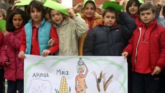 Niños del colegio La Salle muestran un mural con productos típicos de África.