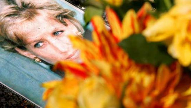 Una foto de la Princesa muerta, depositada en el lugar donde murió en agosto de 1997