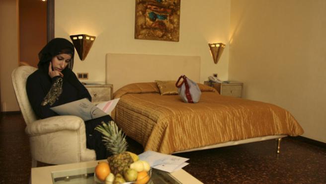 Una mujer saudí disfruta de las novedades del Luthan Hotel and Spa de Riad. (Fahad Shadeed/REUTERS)